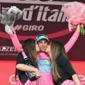 Vincenzo Nibali sul palco indossa la maglia rosa (foto profilo Twitter Giro d'Italia)