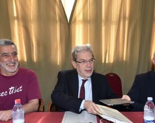 Il ministro De Vincenti tra il sindaco Accorinti e il commissario Romano (foto di Enrico Di Giacomo)